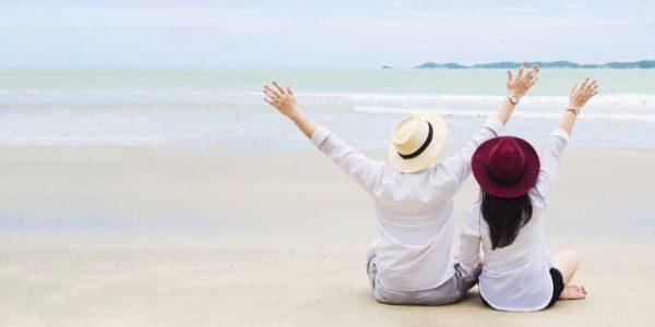 Asian couple on beach (Turbo Premium Space)